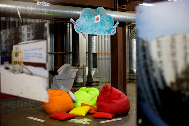 Инсталляция, посвященная работе Зили Вафиной. Таким – с яркими и мягкими пуфами – очевидно, должен быть город, «дружелюбный» к детям. Фото предоставлено пресс-службой Высшей Школы Урбанистики.
