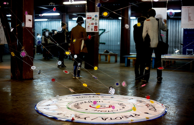 Инсталляция, посвященная исследованию Ксении Осиповой и отображающая характер социальных связей в городе. Фото предоставлено пресс-службой Высшей Школы Урбанистики.