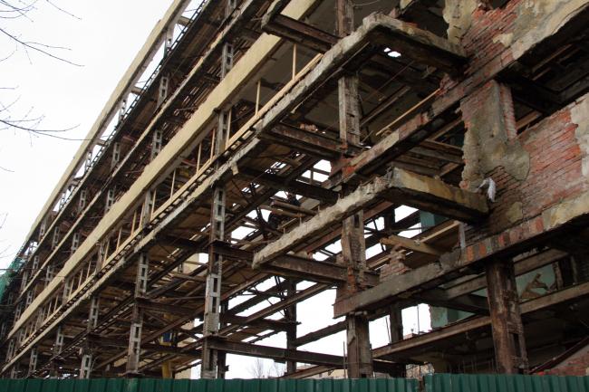Спальный блок без стен, но до полного разрушения каркаса. Фотография А.Броновицкой, 2009