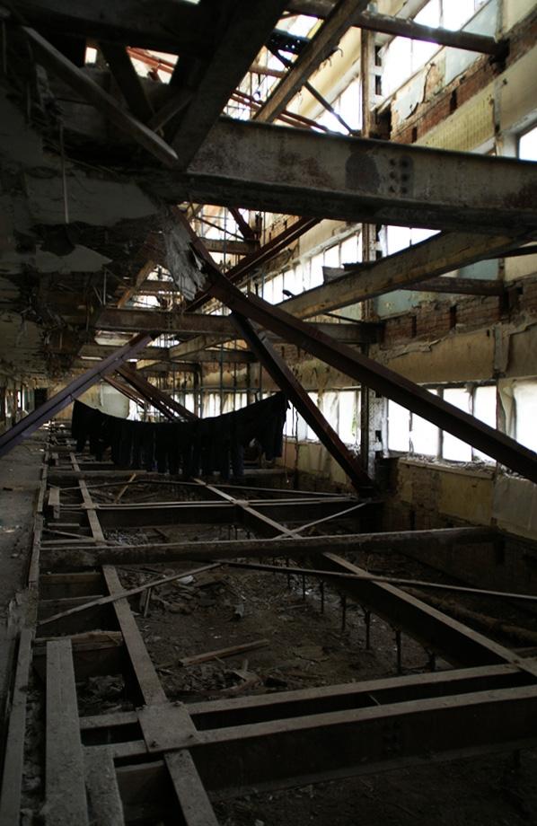 Спальный блок, мощный внутренний каркас без перекрытий. Фотография А.Яковлева, 2007