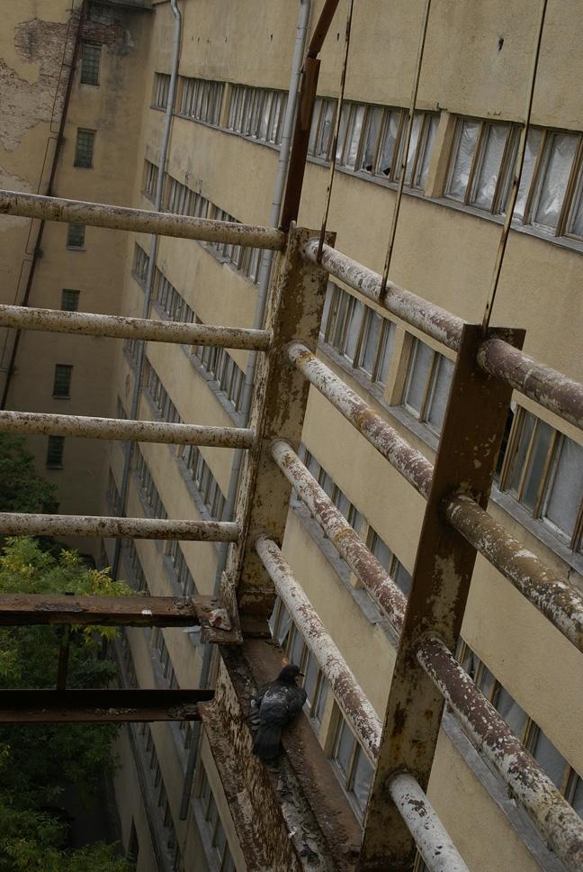 Ограждение балкона среднего корпуса без пола. Фотография А.Яковлева, 2007
