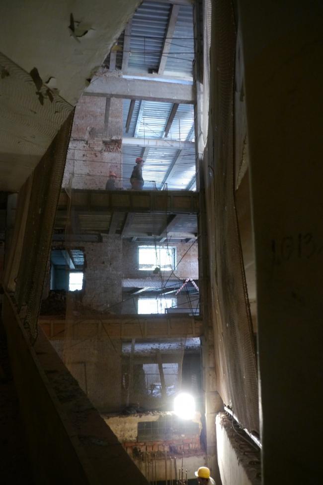 Средний блок, вид из угла пандуса на этажи. Фотография Е.Шорбан, 2013