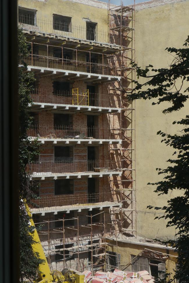 Средний корпус с новыми бетонными  балконами. Фотография Е.Шорбан, 2013