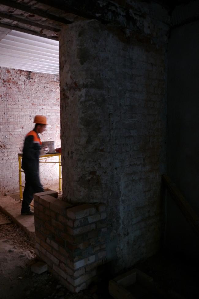 Средний корпус интерьер 1 этаж обкладка скругленных пилонов. Фотография Е.Шорбан, 2013