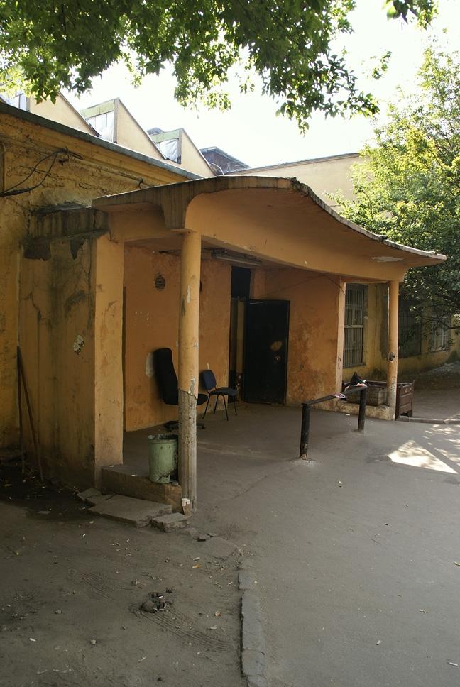 Общественный блок, обломки козырька главного входа. Фотография А.Яковлева, 2007