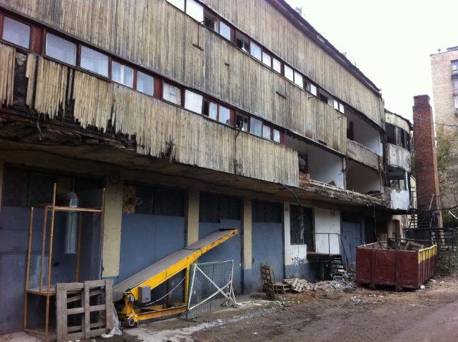 Общественный корпус, аварийное разрушение фасада. Фотография Н. Душкиной, 14 сентября 2013