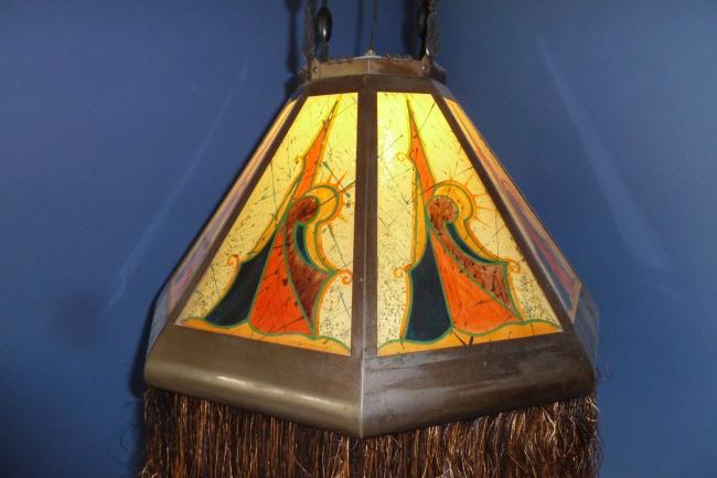 Расписная лампа работы мастера Амстердамской школы. Фото предоставлено музеем «Хет Схип»