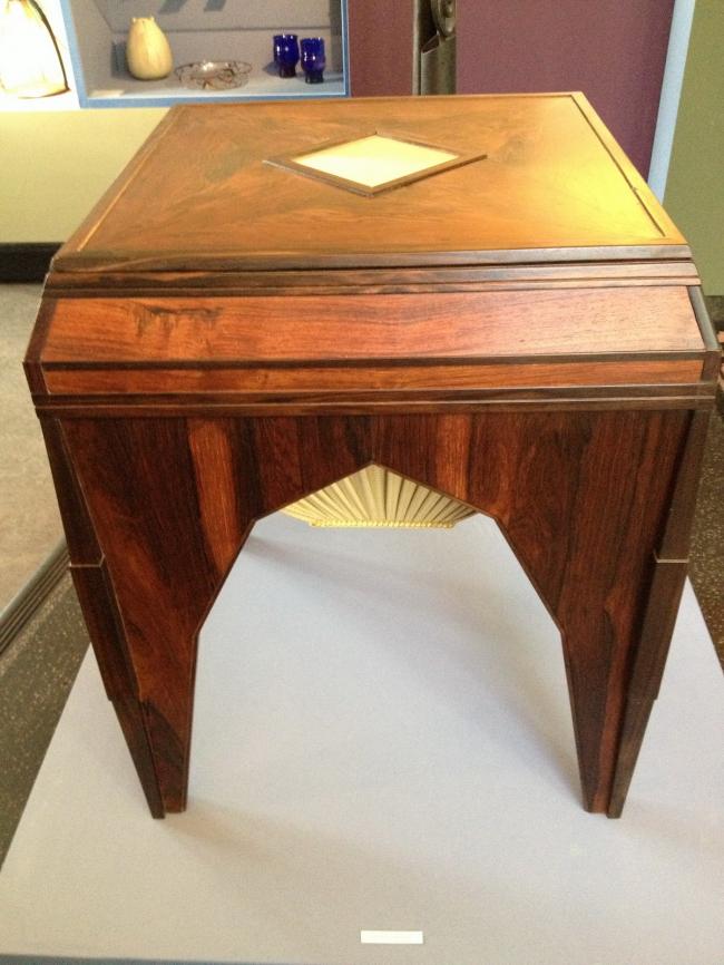 Столик для шитья с сдвигающейся столешницей. Работа архитектора Йоханнеса ван Лохема. Фото предоставлено музеем «Хет Схип»