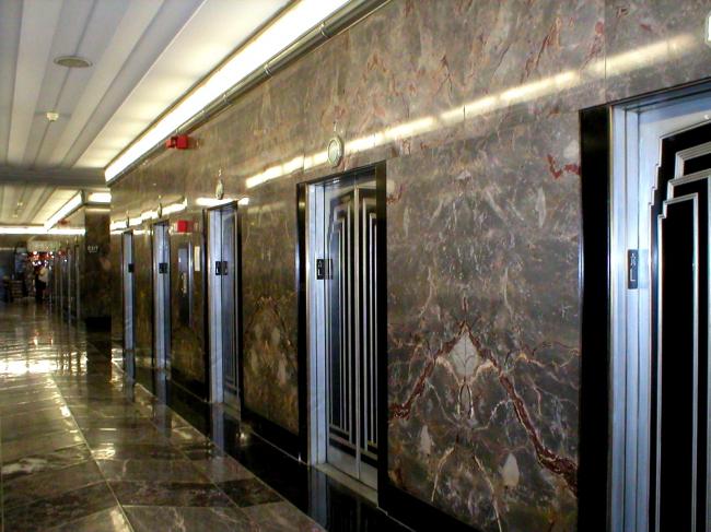 Лифтовый холл в Эмпайр-стейт-билдинг. Фото с сайта www.en.wikimedia.org