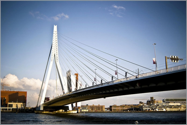 Мост Эразма в Роттердаме. Бюро UNStudio. 1996. Фото: Huees via Wikimedia Commons