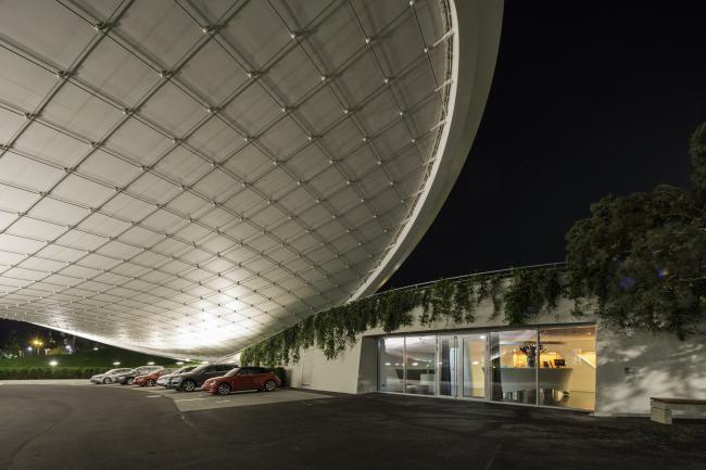 Перекрытие парковки и павильон в VW Autostadt © Tobias Hein