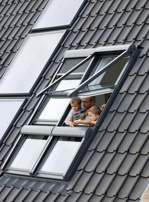 Мансардные окна и солнечные коллекторы на крыше. Фото с сайта www.velux.com
