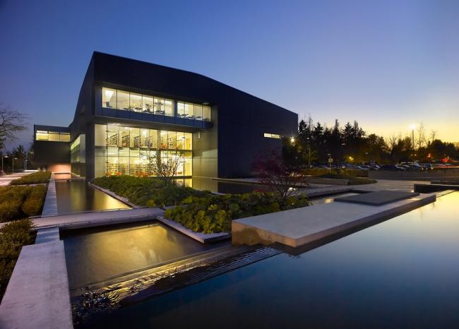 В 2005 году победителем конкурса  Holcim Awards в номинации «Признание» стал проект  здания библиотеки и учебных аудиторий на территории университета Лангара, Ванкувер, регион - Северная Америка. Иллюстрация предоставлена Holcim Foundation for Sustainable Construction