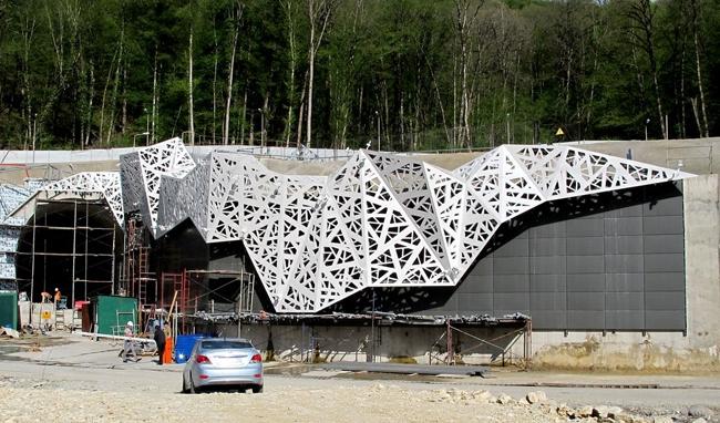 Портал железнодорожного туннеля № 4 на совмещенной (автомобильной и железной) дороге «Адлер - «Альпика-сервис». Фото с сайта www.gp-city.ru