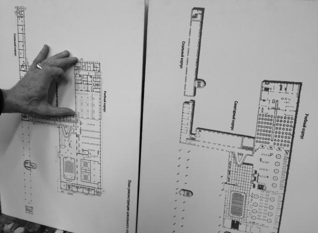 Арх. Всеволод Кулиш сравнивает план реконструкции Дома-коммуны с оригинальным проектом. Фотография: В. Белоголовский