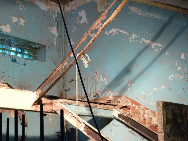 Дом-коммуна, арх. И. Николаев, Москва, 1929-31. Пораженная коррозией лестница спального корпуса, 2006. Фотография: Всеволод Кулиш