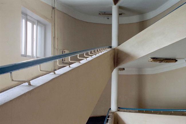Треугольный пандус санитарного корпуса. Фотография © Richard Pare