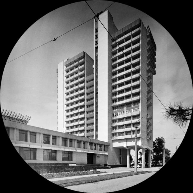 Единственное реализованное здание проекта городского общественного центра. Высотная гостиница «Евпатория». Фотография Николая Васильева.