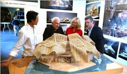 Винодельня Холл. Макет. На заднем плане - Фрэнк Гери с архитектором Эдвином Чэном и Крейг Холл с женой