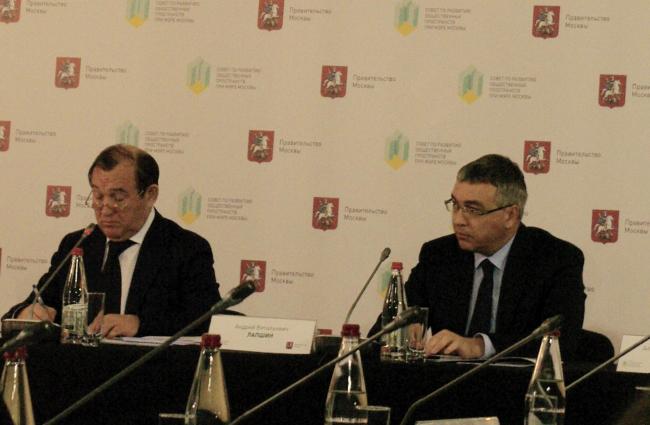Общественный совет при мэре Москвы. Слева: Петр Бирюков. Фотография Аллы Павликовой