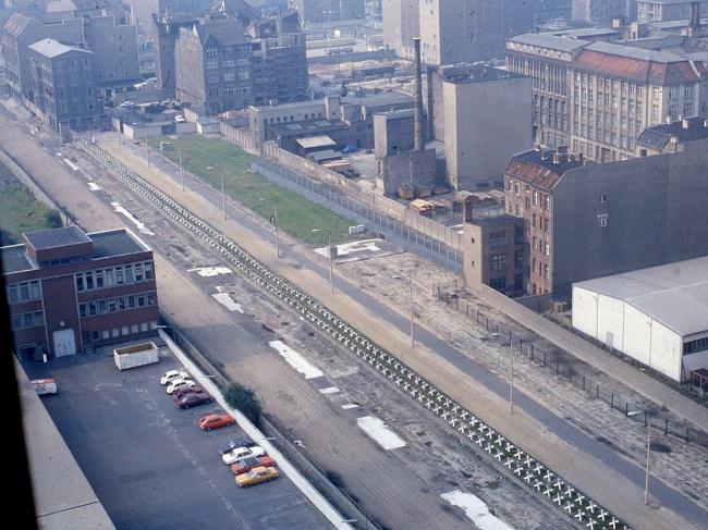 Вид из окна штаб-квартиры Axel Springer в Берлине на полосу отчуждения вдоль Берлинской стены, где ныне планируется строительство «медиа-кампуса». 1984. Фото: GeorgeLouis via Wikimedia Commons