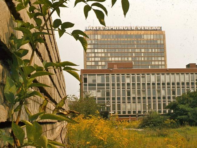 Штаб-квартира Axel Springer в Берлине. Слева  - Берлинская стена. 1977. Фото: GeorgeLouis via Wikimedia Commons