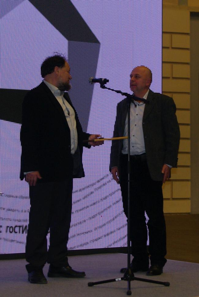 Диплом Андрею Гнездилову вручает Никита Явейн. Фотография Аллы Павликовой