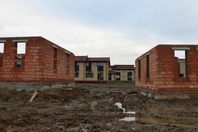 Поселок Марсель. Стены новой очереди возводятся из крупноформатных поризованных блоков КЕРАКАМ 38СТ. Поставщик–компания Кирилл.