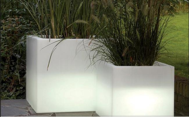 Внутренний дворик гостиницы. Пример применения светящихся кашпо