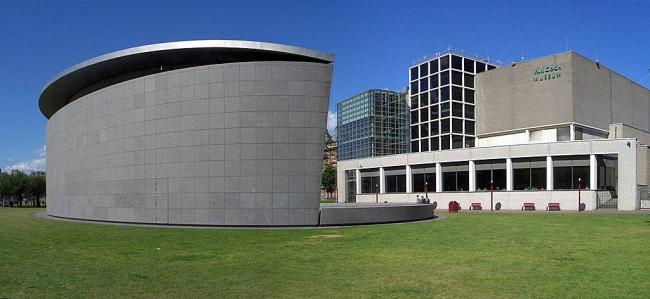 Музей Ван Гога. Слева - корпус Курокавы, справа - корпус Ритвелда. Фото Wladyslaw via Wikimedia Commons