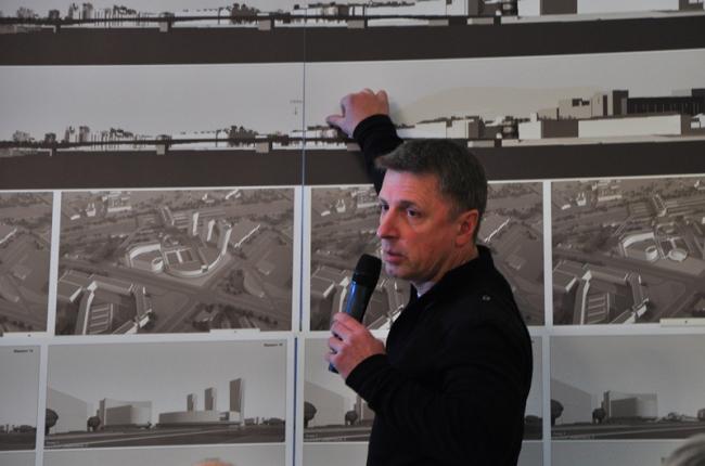 Дмитрий Седаков представляет эскиз застройки участка, прилегающего к Ладожскому вокзалу. Фотография А.Кузнецовой