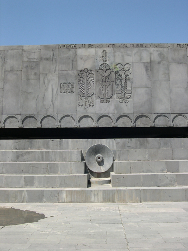 Джим Торосян. Мемориал в Ереване. Представлено Кареном Бальяном