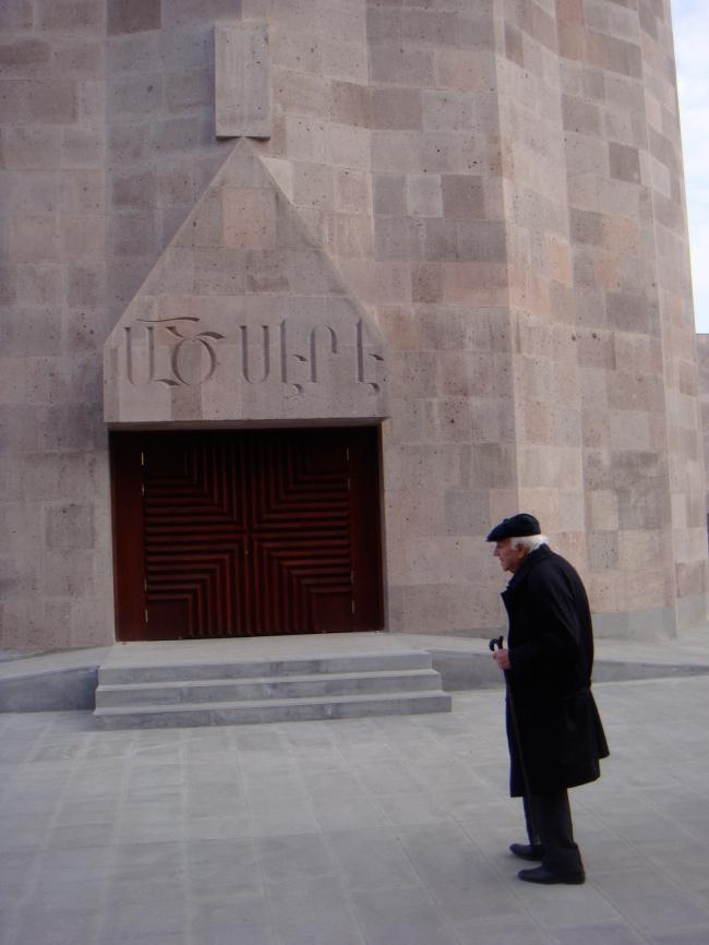 Джим Торосян. Церковь в Эчмиадзине. Одна из последних фотографий архитектора возле построенной им церкви. Надпись над входом: «Бог есть любовь». Представлено Кареном Бальяном