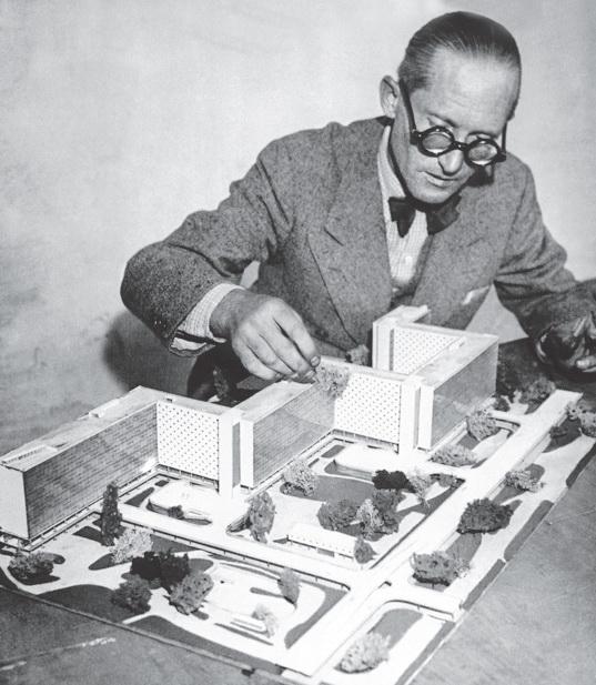 Ле Корбюзье с макетом Лучезарного города (снимок сделан примерно в 1930 году). Изображение из книги «Городской конструктор: Идеи и города»
