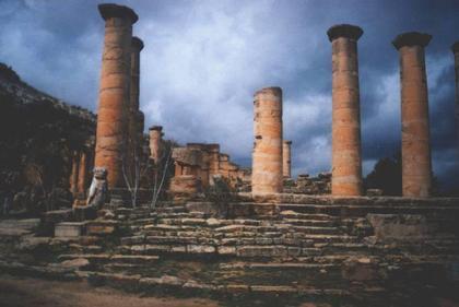 Развалины построек на агоре Кирены