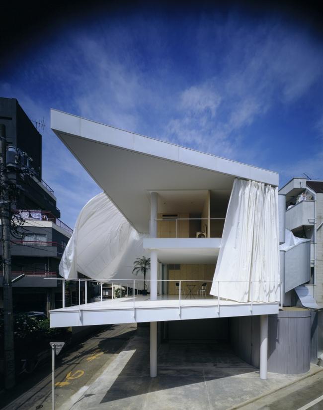 Дом Curtain Wall House в Токио. 2000. Фото: Hiroyuki Hirai. Предоставлено Shigeru Ban Architects