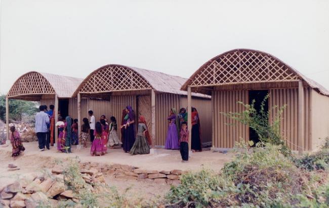 Бумажные «хижины» в Бхудже, Индия. 2001. Фото: Kartikeya Shodhan. Предоставлено Shigeru Ban Architects