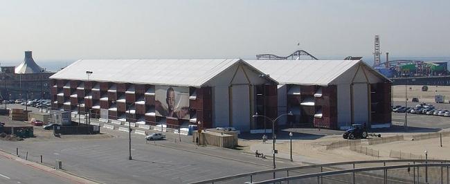«Кочевой музей» в Санта-Монике. Фото: Tempshill via Wikimedia Commons. Лицензия GNU Free Documentation License, Version 1.2