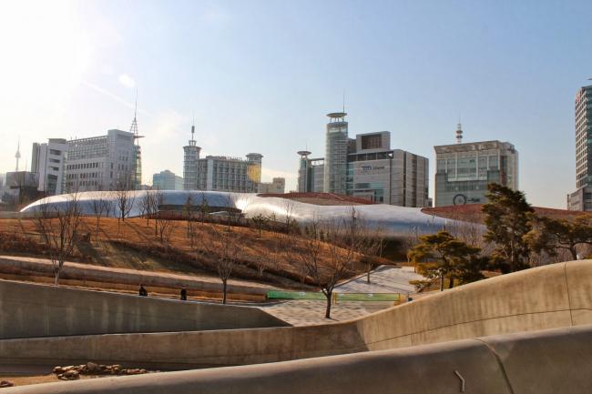 Комплекс Dongdaemun Design Park and Plaza. Фото © Anja van der Vorst / curlytraveller.com
