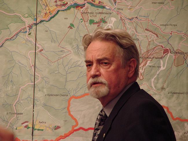 Президент Союза архитекторов России Юрий Гнедовский перед картой «Большого Сочи»