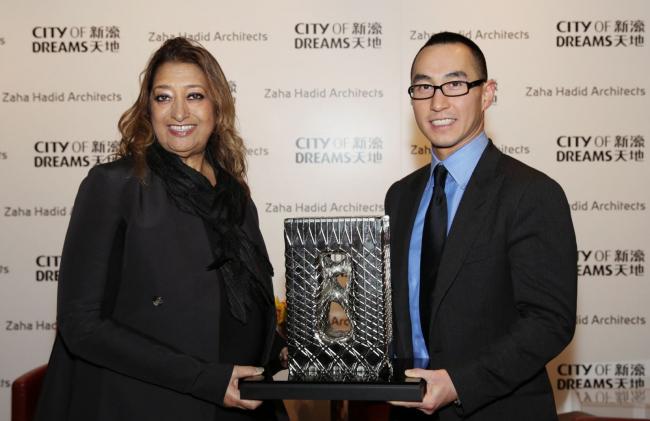 Заха Хадид и заказчик с макетом башни City of Dreams Hotel © Zaha Hadid Architects