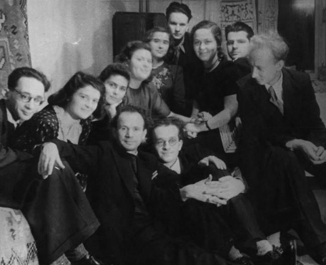 Э.Д. Добровольская (вторая слева) среди сотрудников ЦНРПМ, 1950-е годы. Фотография из архива Н.Д. Троскиной