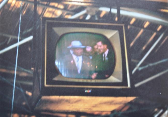 Н.С. Хрущев и Ричард Никсон на экране цветного телевизора, экспонировавшегося на выставке «Промышленные товары США» в Сокольниках. Изображение предоставлено Анной Броновицкой