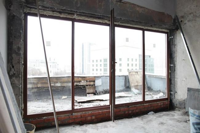 Дом Наркомфина. Новое окно (появившееся до заявления о приостановке работ). Фотография Наталии Меликовой, 2014
