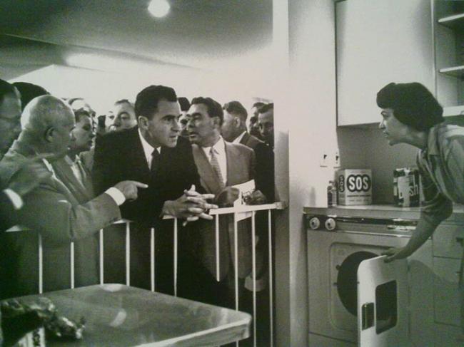 Спор Н.С. Хрущева и Ричарда Никсона у кухонного стенда на выставке «Промышленные товары США» в Сокольниках. Изображение предоставлено Анной Броновицкой