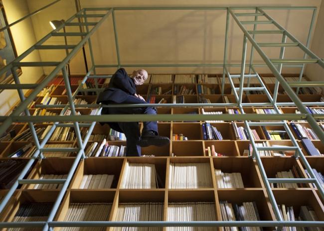 Марио Беллини в своей библиотеке © Davide Pizzigoni