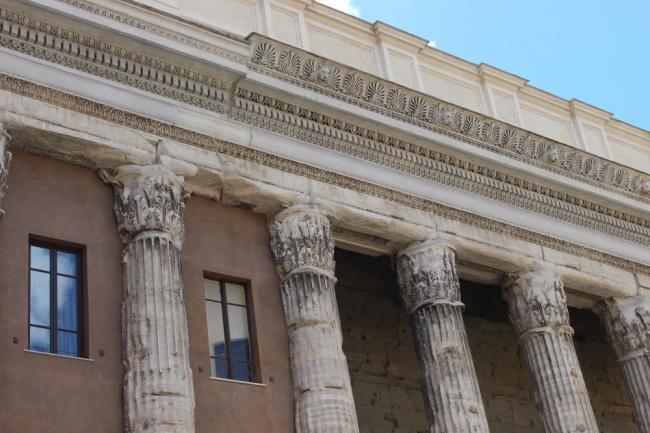 Бывшее здание Сухопутной Таможни (Храм Адриана). Современный вид. Фрагмент. Фото А. Вяземцевой.
