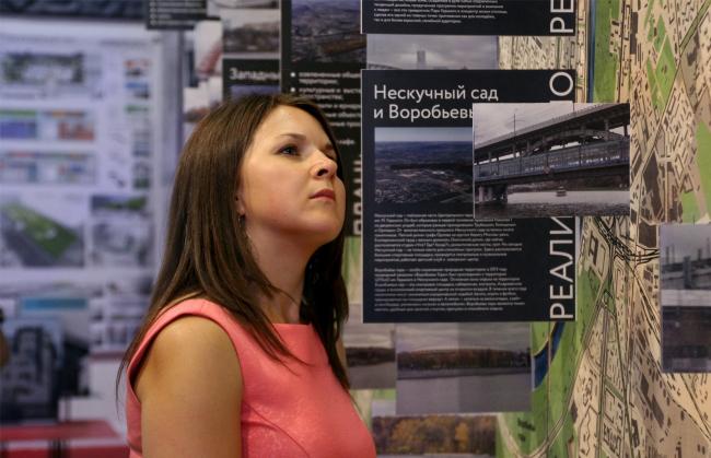 Проект «Конкурсы», стенд (еще не объявленного) ряда конкурсов, посвященных переосмыслению береговых зон Москвы-реки. Фотография Юлии Тарабариной