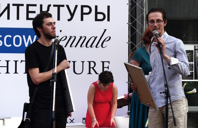 Никита и Андрей Асадовы получают диплом за экспозицию «Тающий Авангард». Фотография Аллы Павликовой