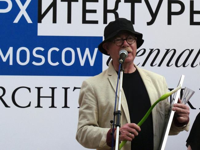 Евгений Асс получает награду за экспозицию «МАРШ пешеходов». Фотография Аллы Павликовой
